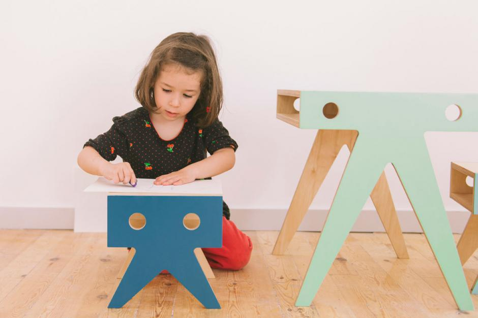 Pupitre y taburetes para niños